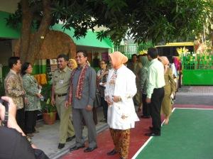 Didamping Kepala SMP 216  Juri LSS memasuki halaman sekolah